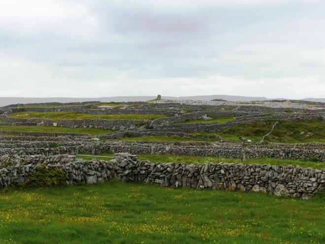 Un paysage classique sur les îles d'Aran en Irlande