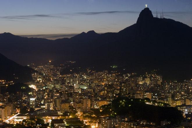 Le Christ redempteur de nuit, un monument qui se voit de loin à Rio de Janeiro