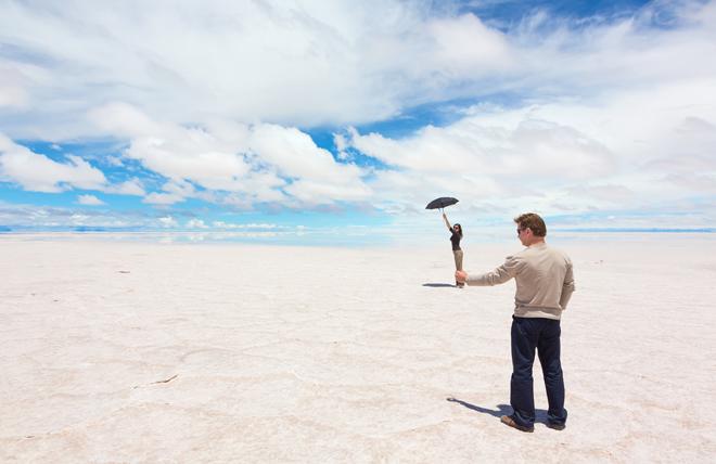 Le désert Salar de Uyuni en Bolivie est le lieu idéal pour faire des photos en trompe l'oeil en voyage