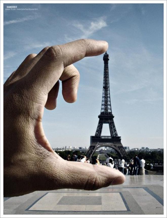 La tour Eiffel un monument idéal pour faire des photos en trompe l'oeil