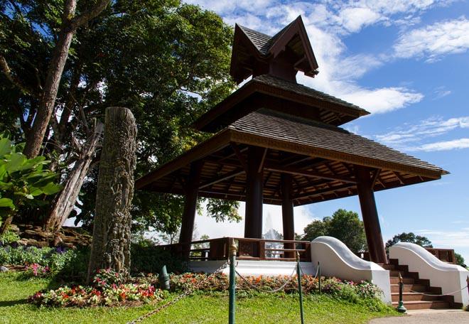 Un pavillon dans le jardin du Palais de Phu Phing près de Chiang Mai