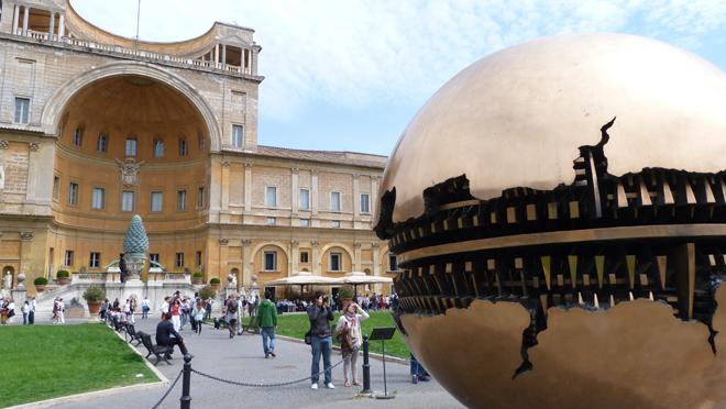 """""""Sphere within Sphere"""" dans la cour du musée du Vatican à Rome"""