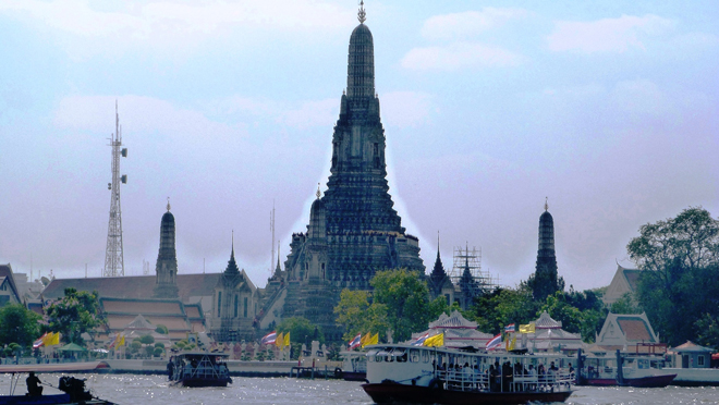 Le Wat Arun au bord du fleuve Chao Phraya à Bangkok