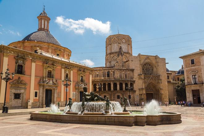 La Plaza de la Virgen avec la Cathédrale de Valence en Espagne