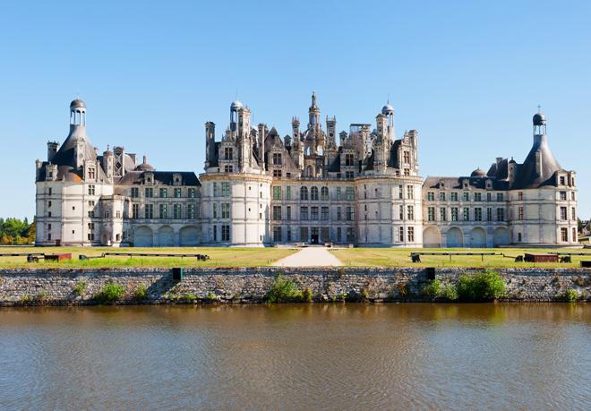 Le château de Chambord au bord de la rivière Cosson