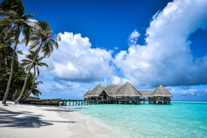 Lagon turquoise, sable fin et cabanes sur pilotis aux Maldives
