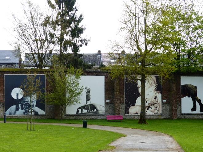 Le jardin du musée de la photographie de Charleroi abrite également des photos