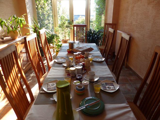 Petit déjeuner bio et local dans le gîte Confluences à Walcourt en Wallonie