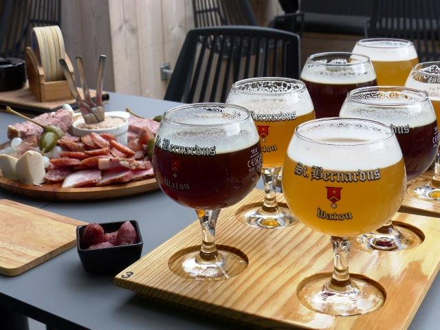 Délicieux combi mix de bières accompagné d'un plateau de charcuterie