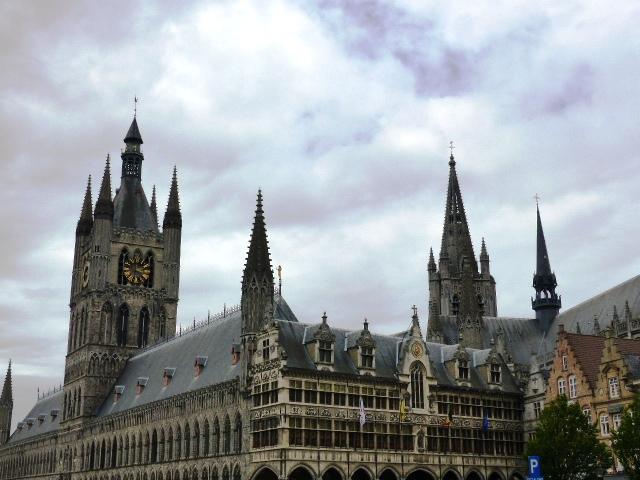 Les Halles aux draps sur la Grand Place de Ypres