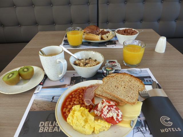 Délicieux petit déjeuner avec vue sur la mer à l'hôtel Andromeda d'Ostende