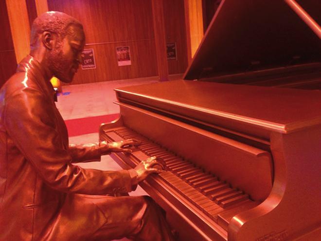 Statue de Marvin Gaye jouant du piano dans le hall du Kursaal