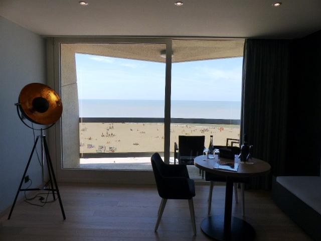 Suite junior de l'hôtel Andromeda d'Ostende avec vue sur la mer