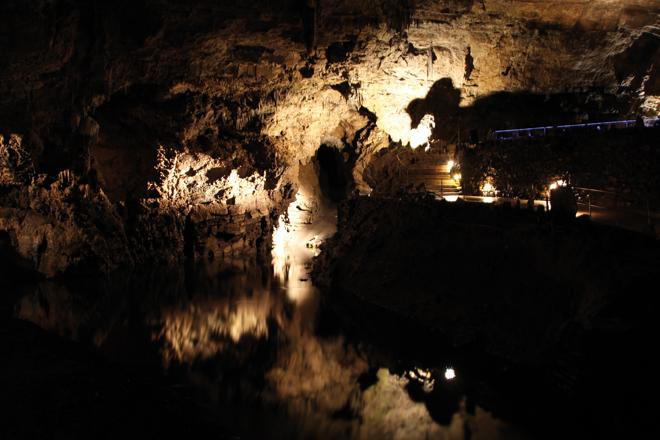 La Lesse traverse les Grottes de Han