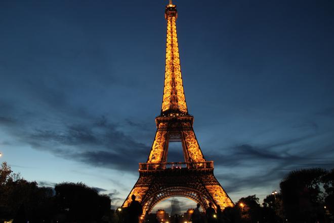 La Tour Eiffel de nuit Vitrines noel paris fêtes de fin d'année à Paris