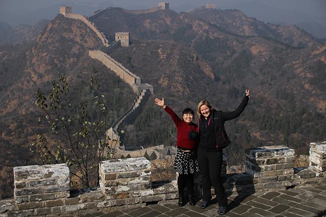 Elodie et une chinoise devant la Grande Muraille de Chine