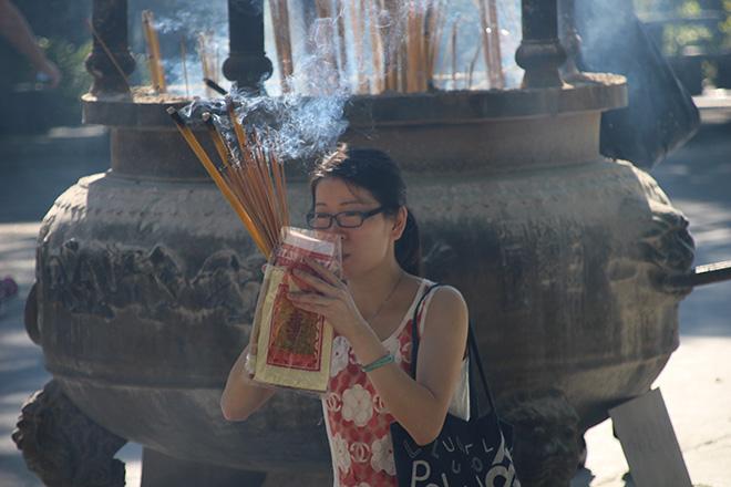 Prière au monastère de Po Lin à Hong Kong