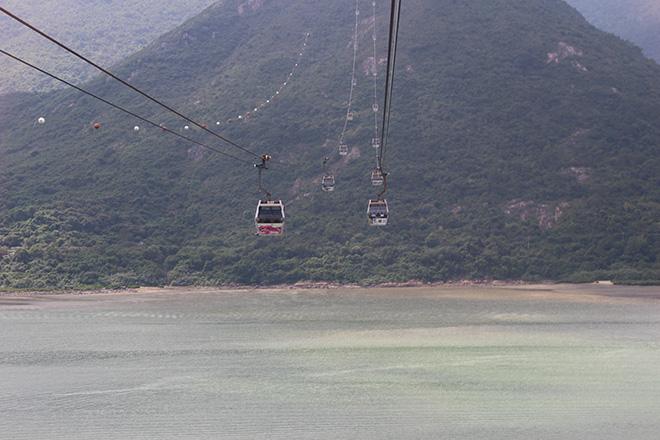 Montée en téléphérique jusqu'au sommet de l'île de Lantau