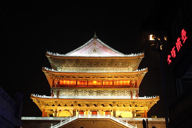 La tour de la cloche illuminée
