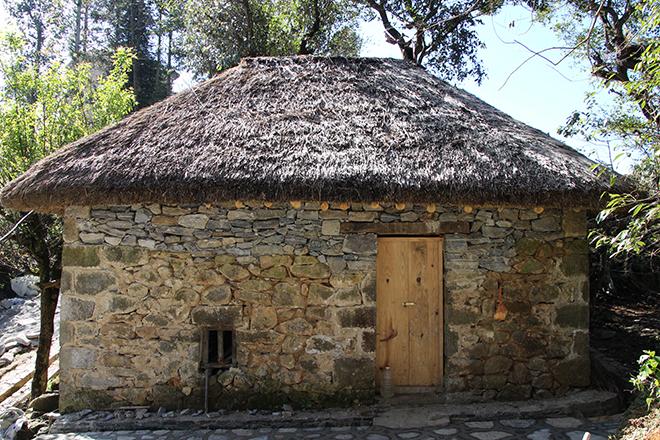 Maison champignon dans le village d'Azheke