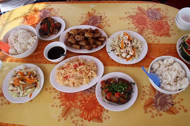 Repas croisière Cat Ba Halong Vietnam croisière dans la Baie d'Halong