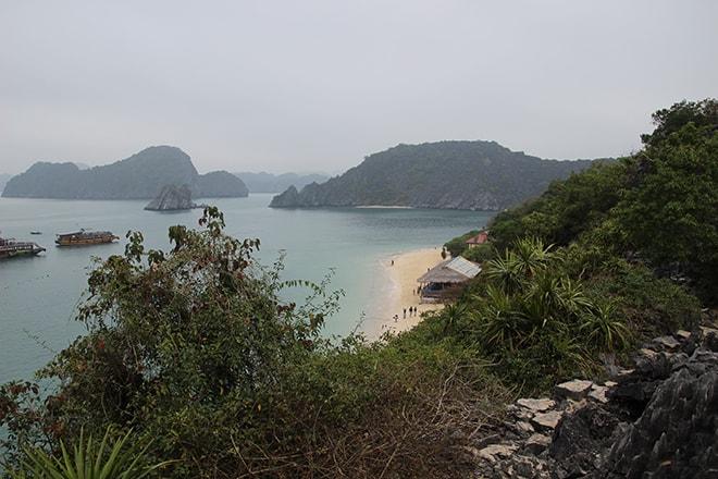Vue depuis Monkey Island Baie de Cat Ba Halong croisière dans la Baie d'Halong