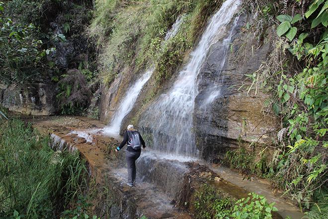 Cascade à traverser lors de la randonnée dans les rizières de Bada