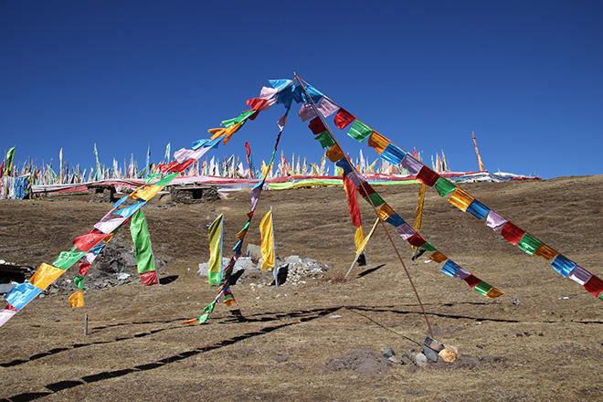 Drapeaux de prieres tibétain à tagong