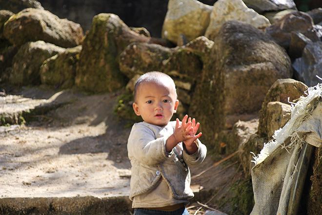 Enfant dans le village d'azheke