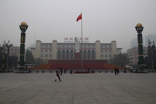 La grand place de Chengdu avec la statue de Mao
