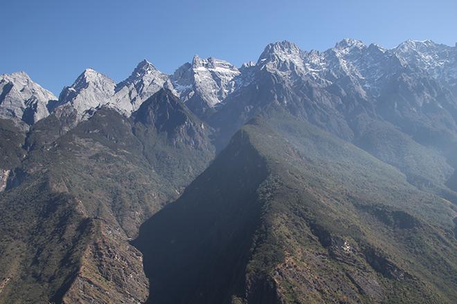 Vue sur les montagnes depuis le sommet du trek des gorges du saut du tigre
