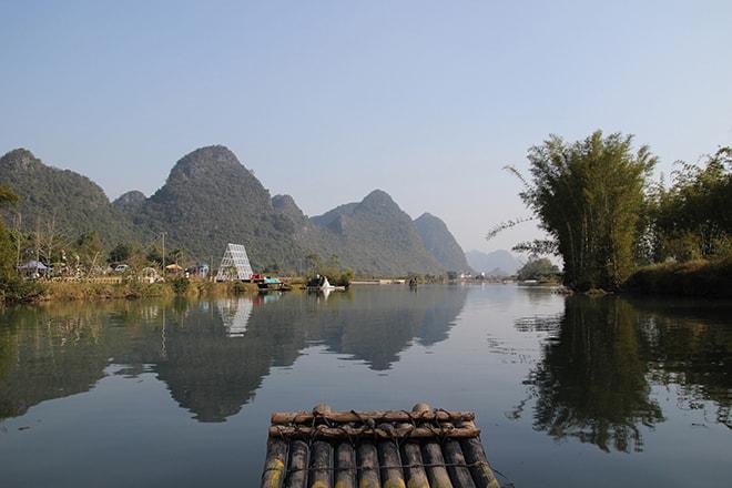 Croisière en Bambou boat sur la rivière Yulong à Yangshuo en Chine