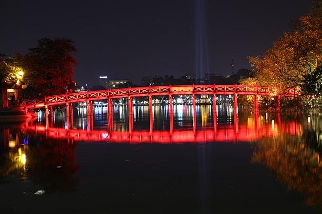 Le lac Hoan Kiem de nuit