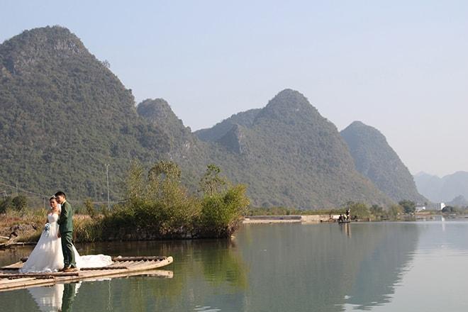 Croisière en radeau bambou sur la rivière Yulong à Yangshuo en Chine
