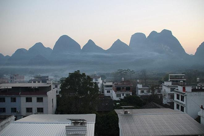 Coucher de soleil depuis la terrasse de l'auberge de jeunesse Yangshuo Éden Inn