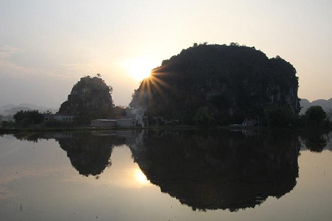 Coucher de soleil sur la baie d'Halong terrestre à Tam Coc