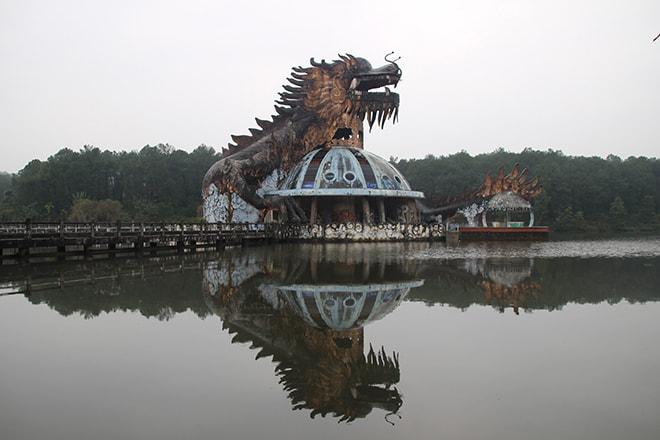 Dragon dans le parc aquatique abandonné à Hué