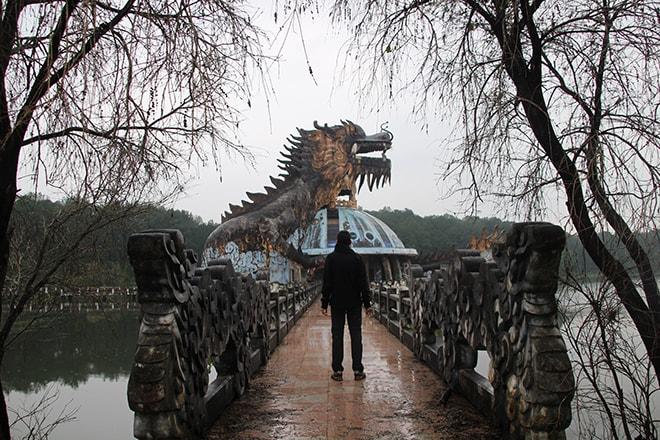 Dragon dans le parc aquatique abandonné à Hué, sous la pluie