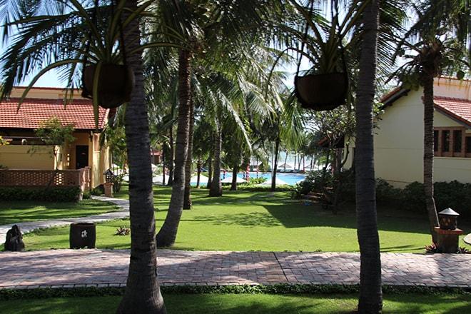 Jardin et vue sur la piscine Pandanus Resort Mui Ne Vietnam