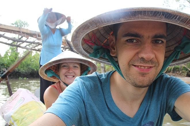 Petite photo souvenir avec les chapeaux typiques du Vietnam