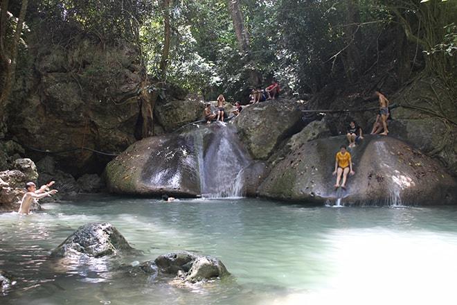 Cascades Erawan près de Kanchanaburi en Thailande