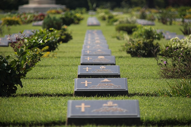 Un des cimetières militaires de Kanchanaburi
