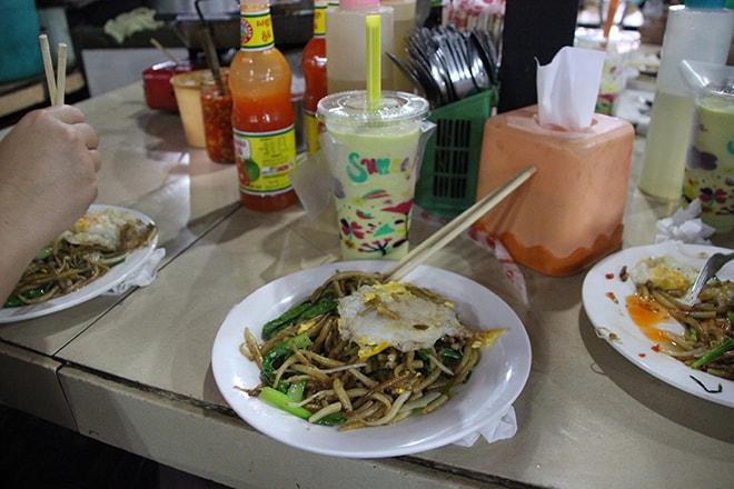 Repas dans le Marché Russe de Phnom Penh