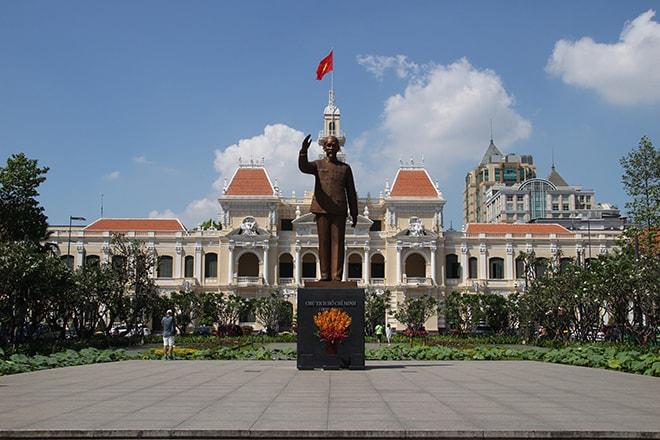 Statue de Ho Chi Minh devant le siège du comité du peuple