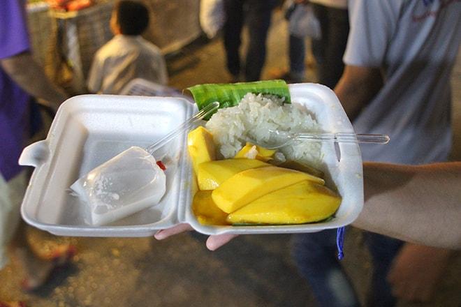 sticky rice with mango au marché de nuit de kanchanaburi