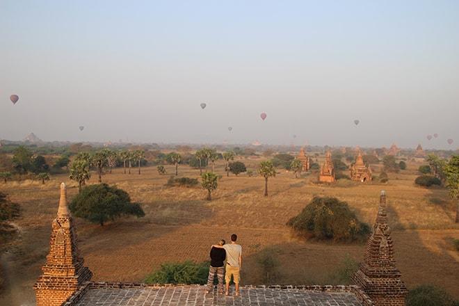 Lever de soleil avec montgolfières sur Bagan