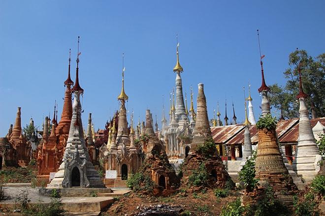 Cimetière de stupas lac Inle Birmanie