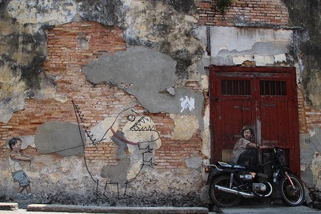 Enfant dino et moto Street Art Penang Malaisie