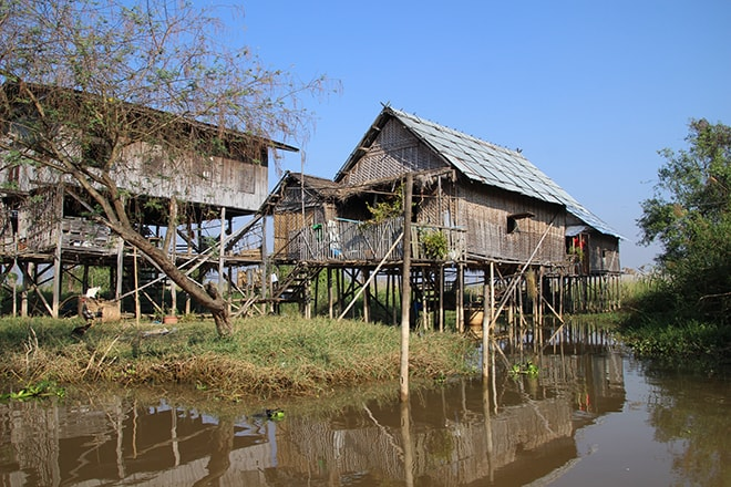 Maisons sur pilotis lac Inle Birmanie