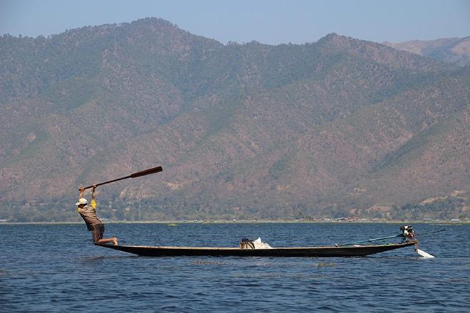Pecheur batte lac Inle Birmanie